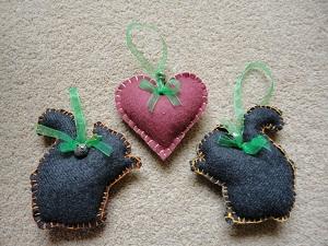 Ръчно направени катерички и сърце с външни шевове
