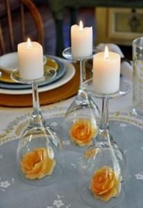 Обънати чаши за вино, служещи като свещници