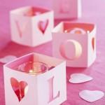 Хартиени свещници с отвори във формата на сърце