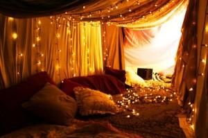 Романтична спалня като в приказка от 1001 нощ с LED осветление