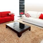 Интериор за всекидневна с бял и червен дивани